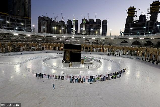 شاهد بالصور أداء صلاة التراويح بالمسجد الحرام في أول ليالي رمضان المبارك