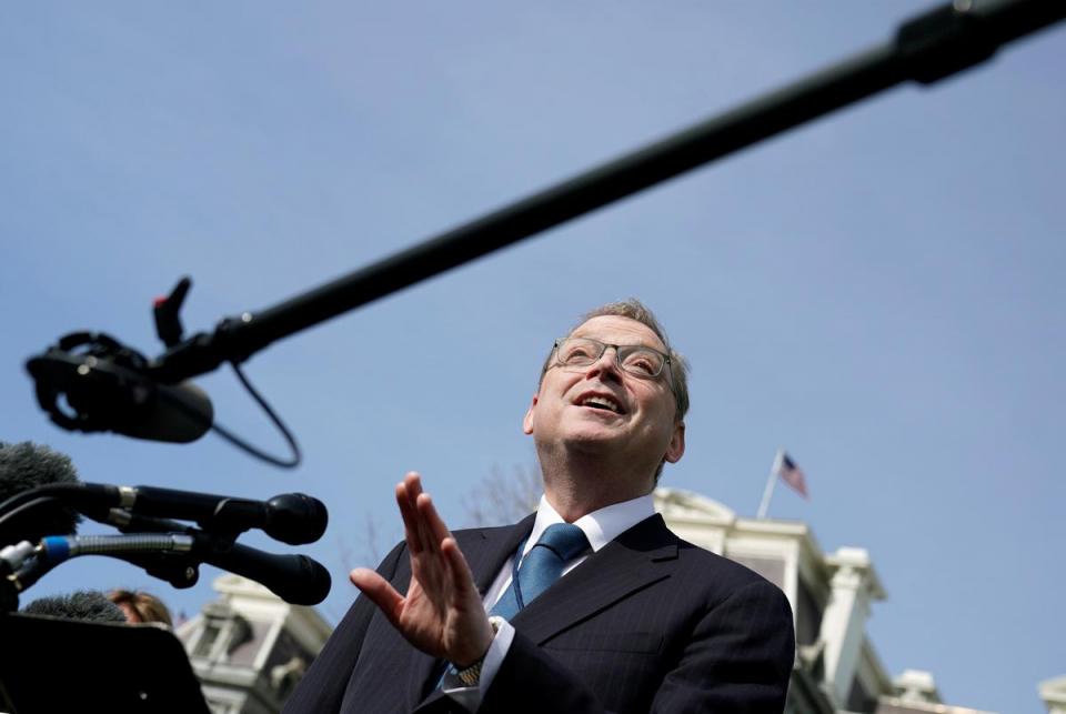 مستشار لترامب: اقتصاد أمريكا يواجه صدمة تاريخية وتوقع بطالة 16%