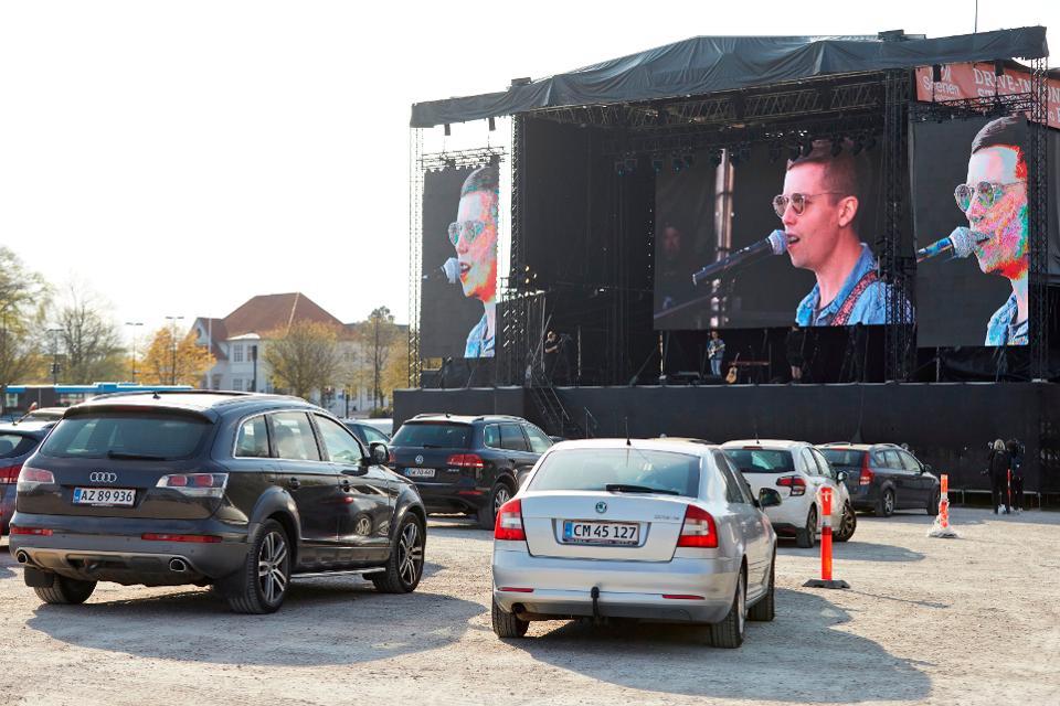 شاهد، الحفلات في ألمانيا والدنمارك تنتقل إلى مواقف السيارات