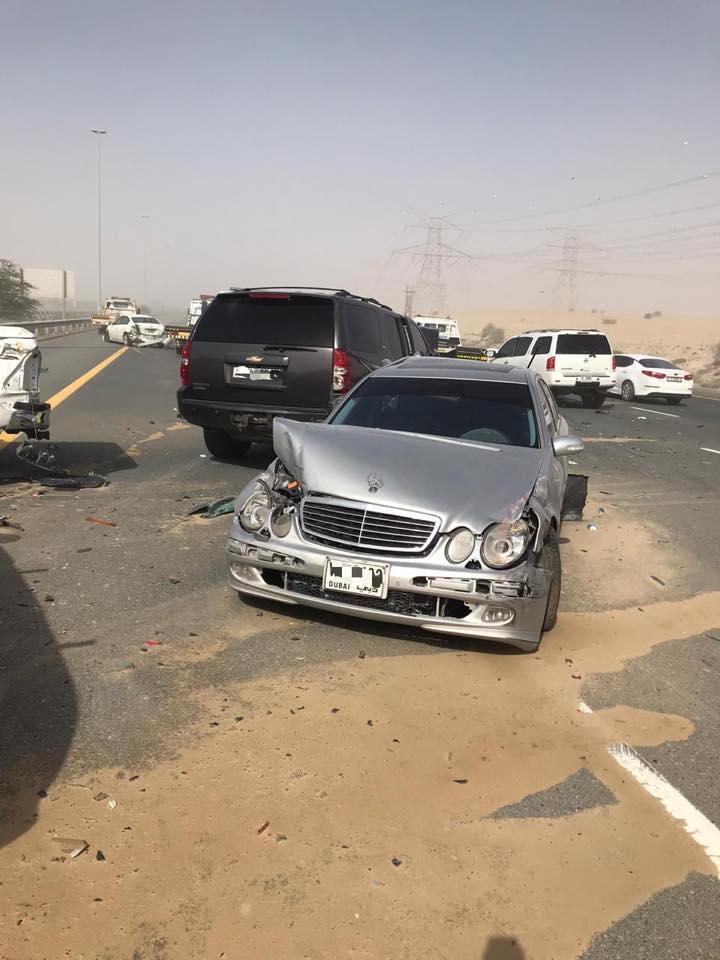 دبي: عاصفة ترابية تتسبب بحادث اصطدام بين ١٣ سيارة على شارع الامارات