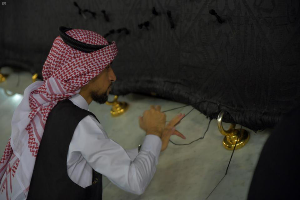 شاهد بالصور غسل وتعقيم مكبرية المسجد الحرام