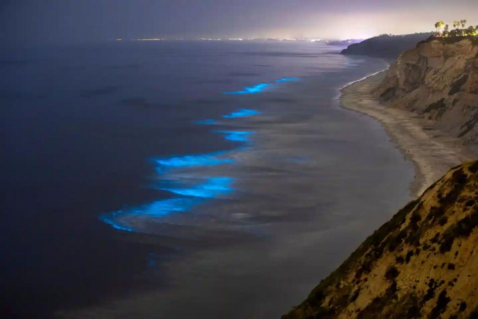 شاهد الرمال والأمواج المتلألئة في  جنوب كاليفورنيا