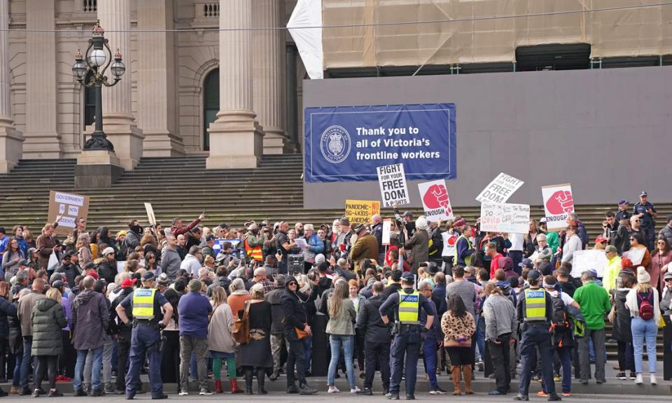 شاهد هتافات متظاهرين يطالبون باعتقال بيل غيتس في استراليا