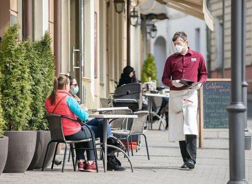 بالصور، كيف تساهم المطاعم بتسهيل تناول الوجبات مع التباعد الاجتماعي
