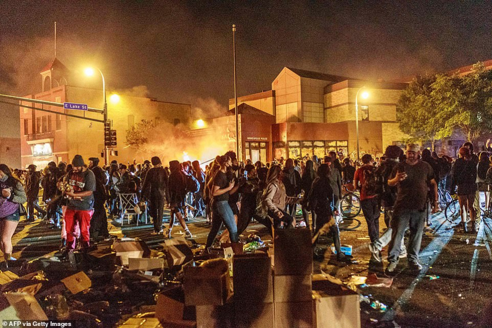 شاهد اندلاع احتجاجات في مدن أمريكية احتجاجا على وحشية الشرطة مع الأمريكيين السمر