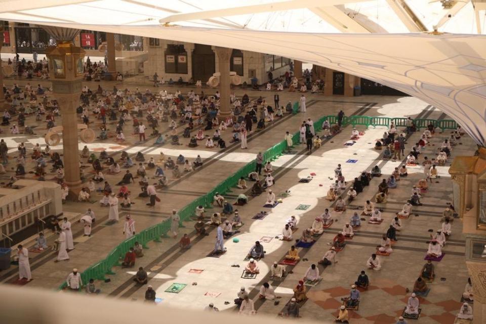شاهد آلاف المصلين يؤدون صلاة الجمعة في المسجد النبوي وفي المسجد الأقصى
