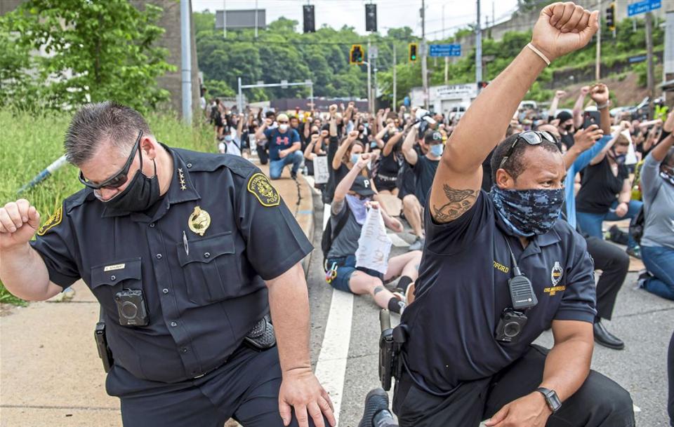 شاهد محاولات الشرطة الأمريكية طلب الصفح والتسامح من الأمريكيين السمر