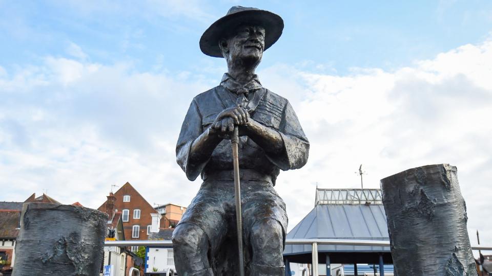 إزالة تمثال بادن باول مؤسس الكشافة لاتهامات باستخدامه الأفارقة دروعا بشرية