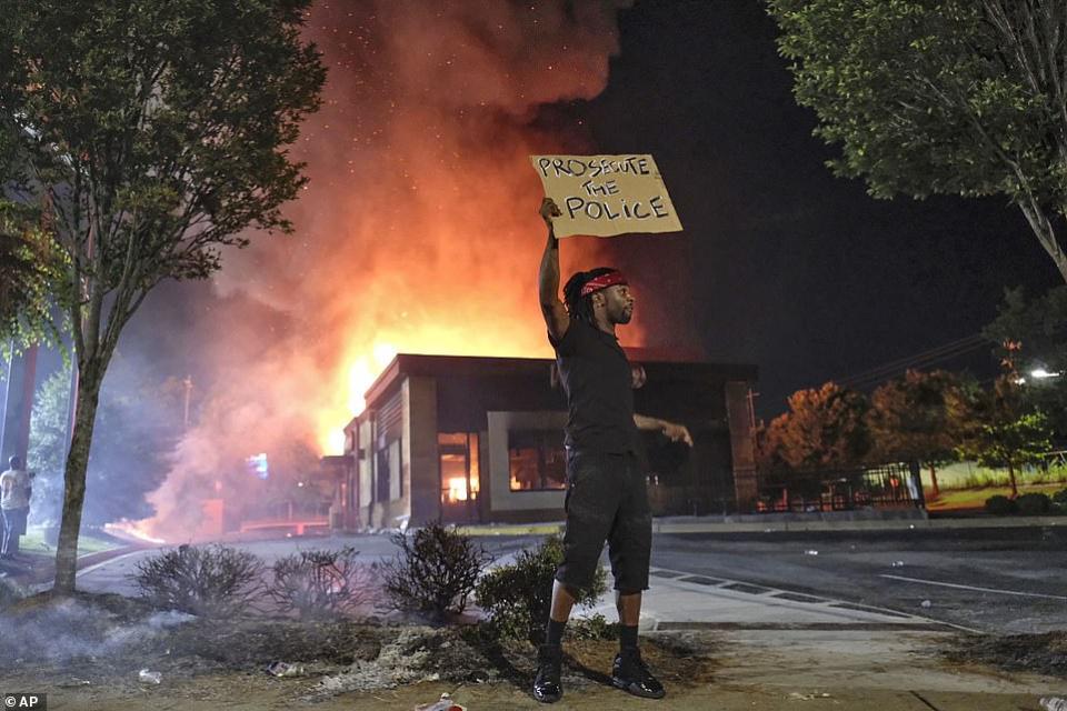 شاهد جيل الألفية من كل الأعراق في احتجاجات ضد وحشية الشرطة الأمريكية بعد مقتل شاب بأتلانتا