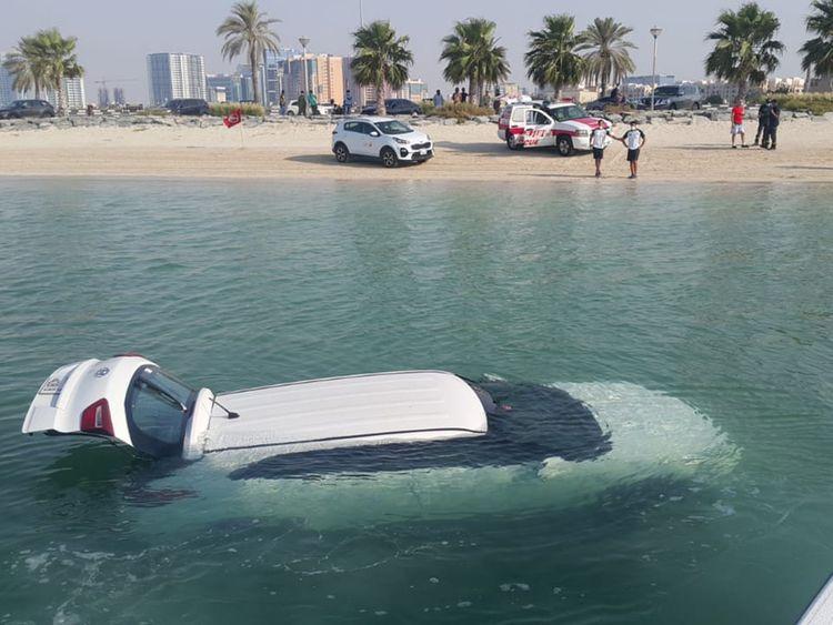 خبر صادم يؤدي لفقدان سيدة السيطرة على سيارتها وسقوطها في خور الممزر