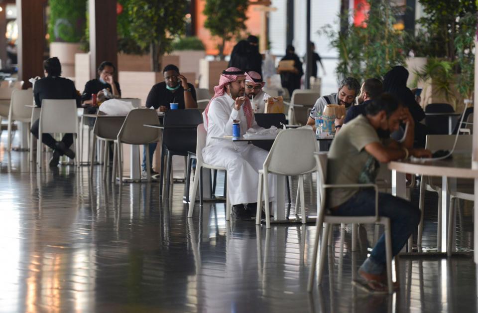 بلومبرغ: السعودية تعاود فتح الأنشطة مع  ذروة الاصابات بفيروس كورونا المستجد