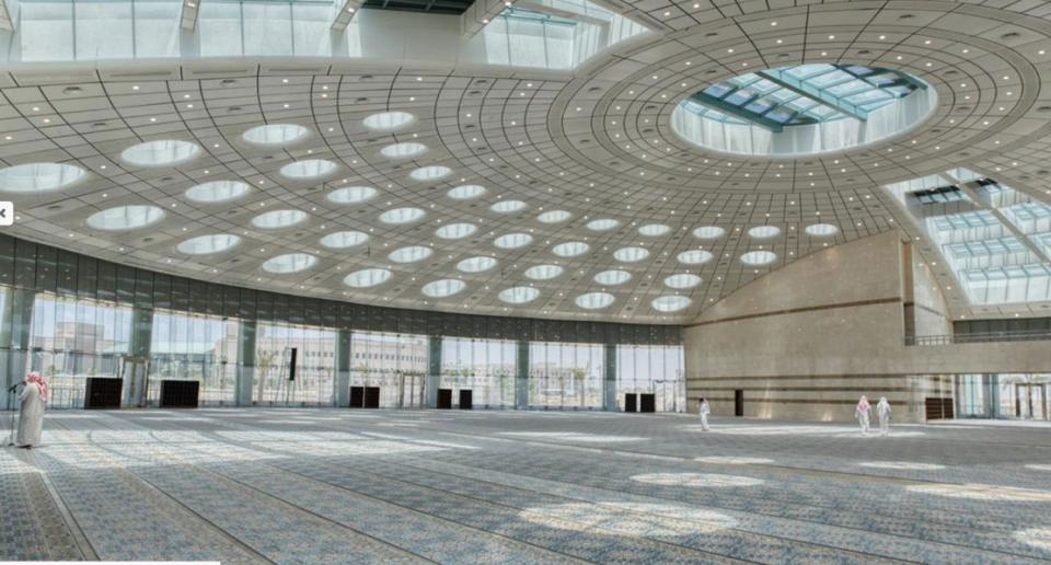 شاهد التصميم الفريد لمسجد جامعة تبوك بقبة كبيرة دون أعمدة