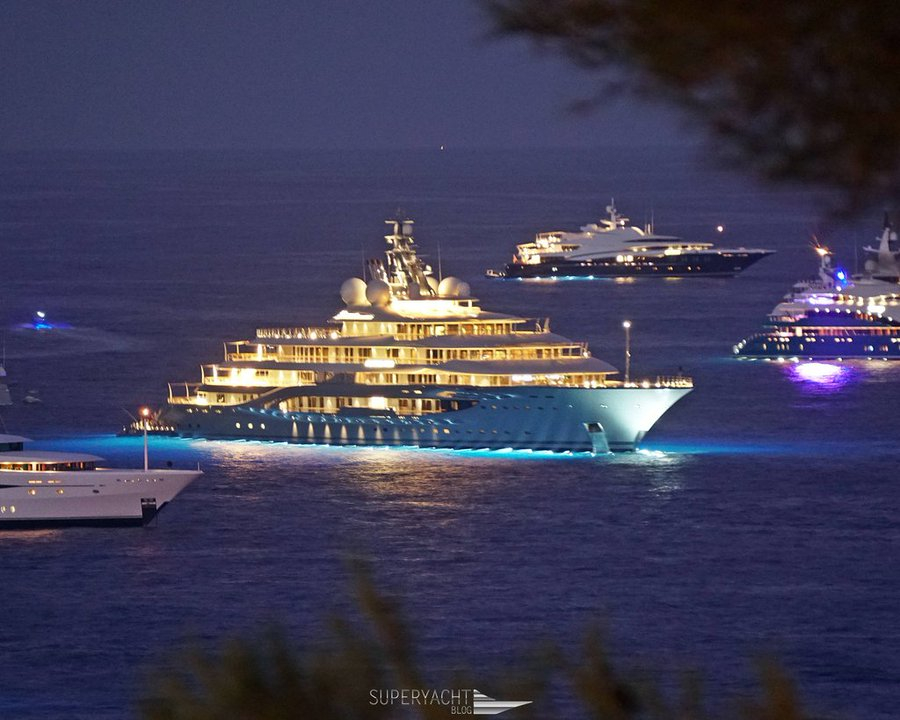 شاهد فخامة اليخت الذي استأجره أغنى رجل بالعالم لقاء 3 ملايين دولار بالأسبوع