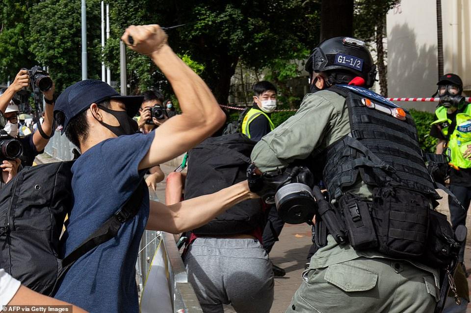 هونج كونج تعتقل مشتبها به في طعن شرطي بعد احتجاجات على قانون الأمن
