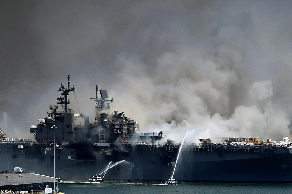 شاهد استمرار محاولة إخماد الحريق في المدمرة الأمريكية يو إس إس بونوم ريتشارد