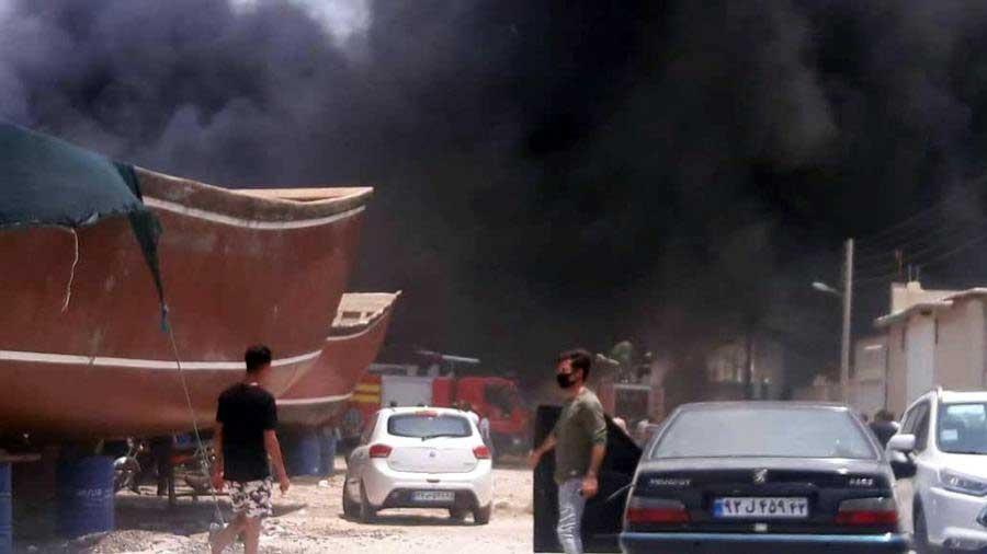 شاهد احتراق سفن إيرانية في حريق ضخم في حوض لبناء السفن
