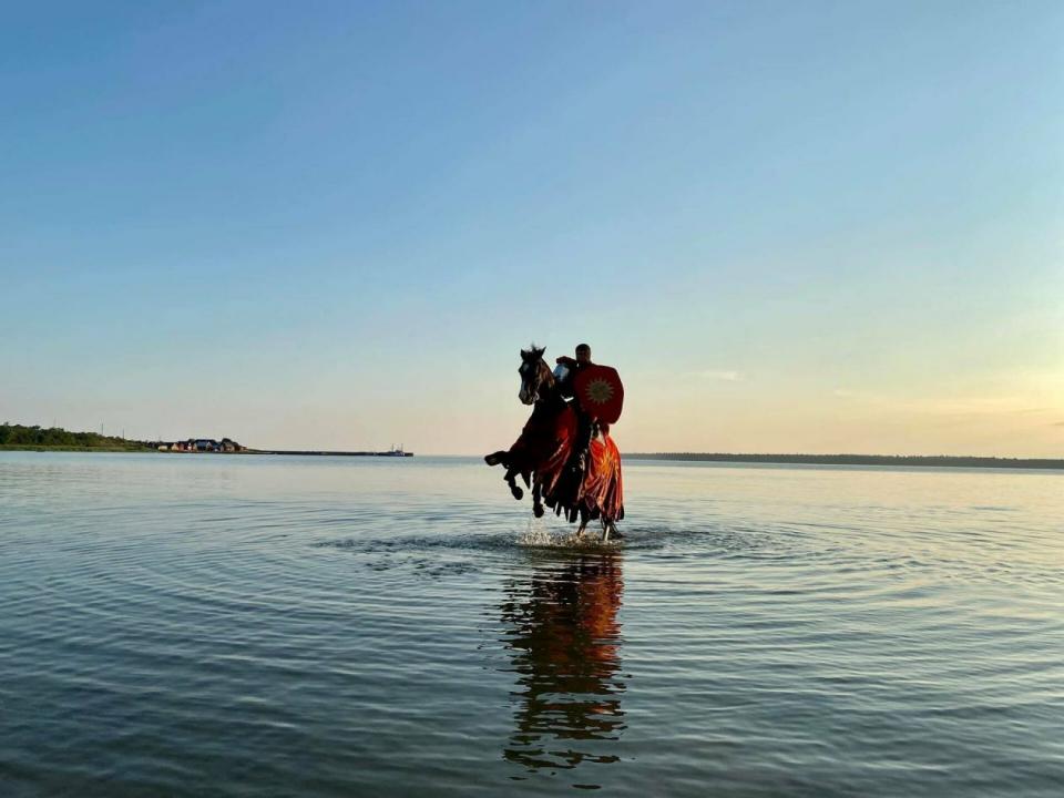 بالصور، فرسان القرون الوسطى في السويد للمساعدة في التباعد الاجتماعي بين السياح