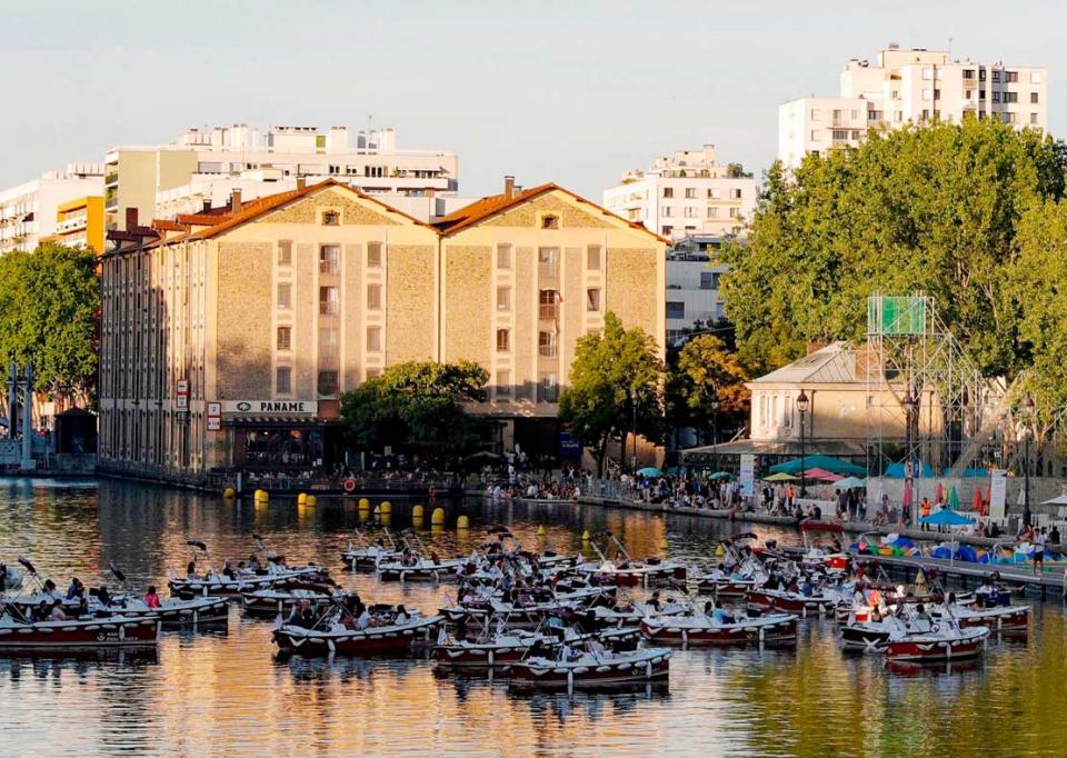 الباريسيون يشاهدون السينما من قوارب على نهر السين