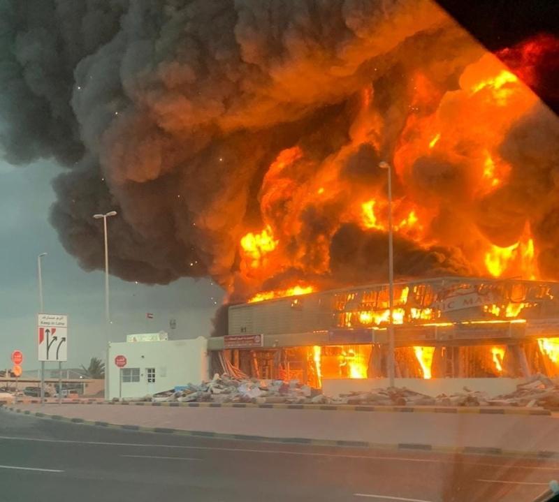 سيجارة قد تكون وراء حريق كبير في السوق الشعبي بعجمان