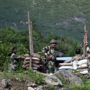 29682412-8430741-Indian_soldiers_erect_a_military_bunker_along_the_Srinagar_Leh_N-a-35_1592391246990.jpg